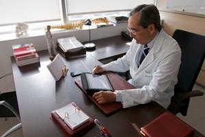 El Dr. Orozco en su consulta